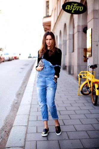 jardineira-jeans-com-tenis-2