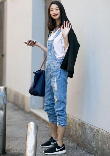 jardineira-jeans-com-tenis-como-usar
