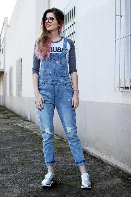 jardineira-jeans-com-tenis-ideias-para-usar