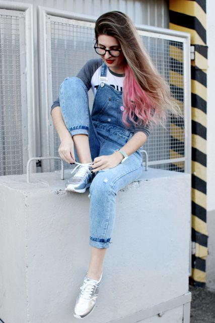 jardineira-jeans-com-tenis-metalizado