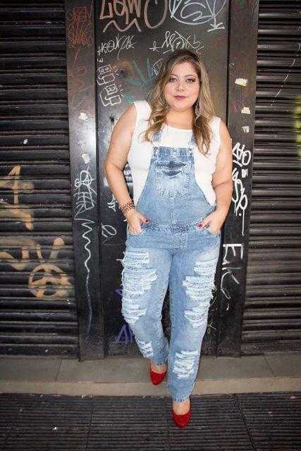 jardineira-jeans-destroyed-como-usar