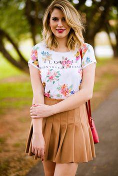 saia de camurça marrom com blusa estampada