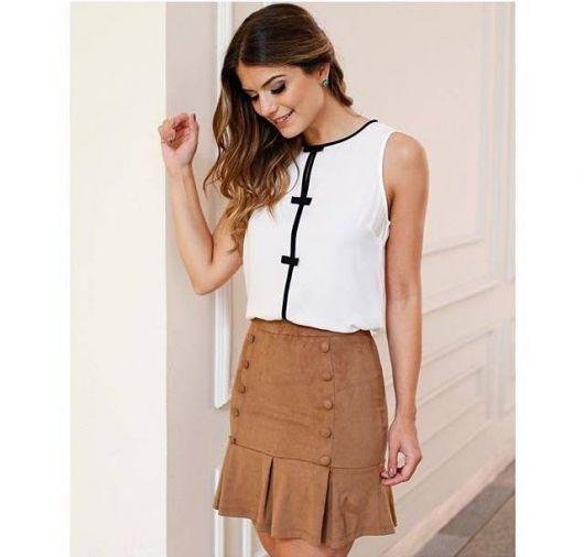 saia de camurça marrom com blusa branca