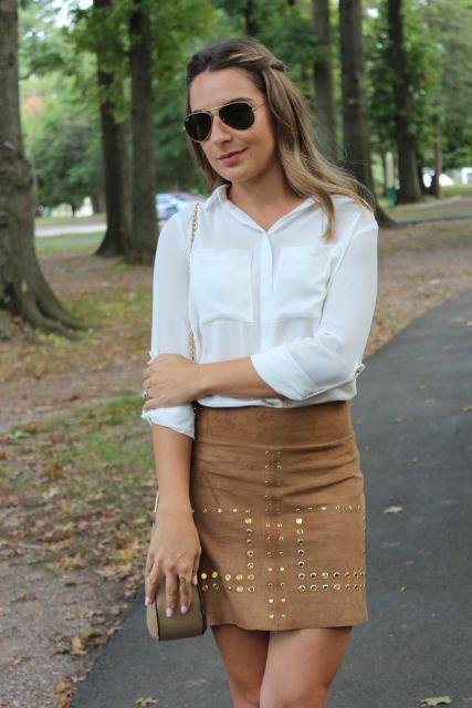 saia de camurça marrom e blusa branca