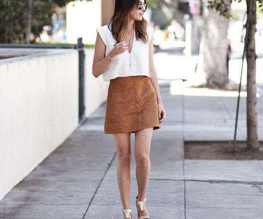 estilos de saia de camurça marrom com botão na frente