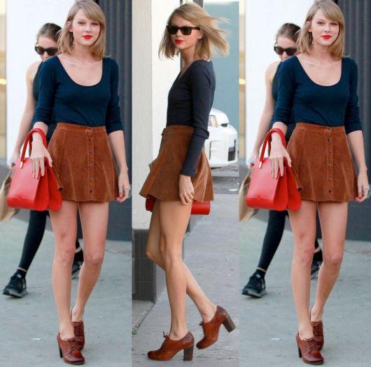saia de camurça marrom com blusa azul