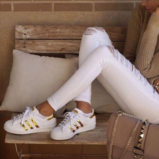 O modelo foi usado com calça branca