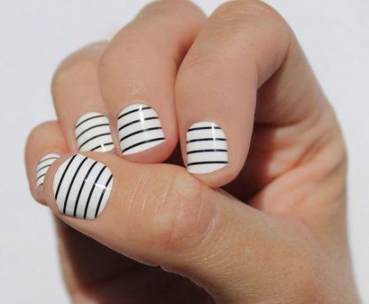 unhas listradas decoradas com fita preto e branco