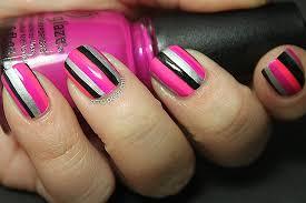 unhas listradas decoradas com rosa e preto