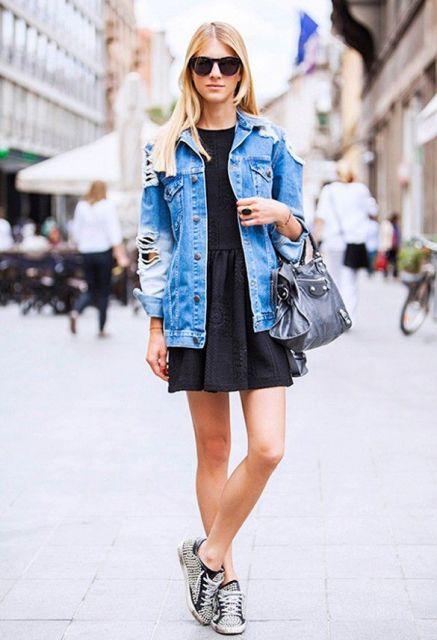 Vestido preto curto com jaqueta jeans