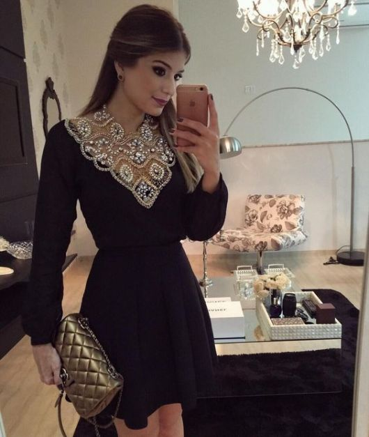 Como usar um vestido preto de manga longa