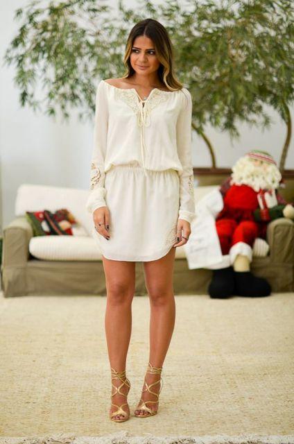 vestido branco com sandália dourada