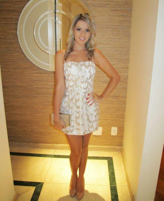 vestido branco e dourado curto