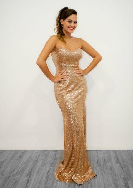 usando vestido de festa dourado