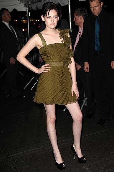 vestido-de-formatura-verde-oliva-curtinho
