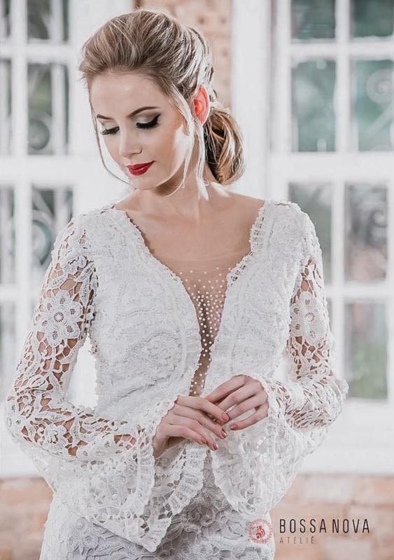 Vestido de noiva boho com manga longa flare em renda floral - Ateliê Bossa Nova.
