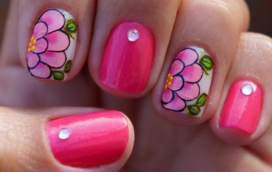 unhas-curtas-decoradas-com-flores-rosas