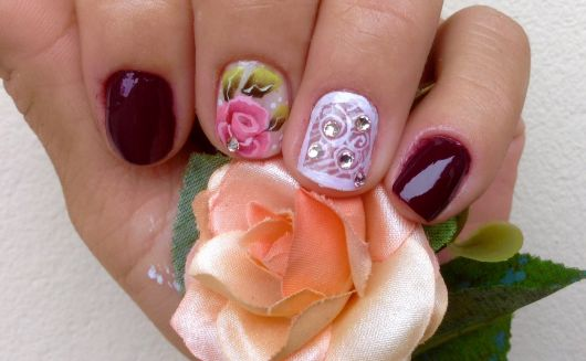 unhas-curtas-decoradas-com-rosa