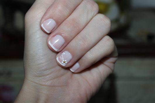 unhas-curtas-decoradas-francesinha-flor