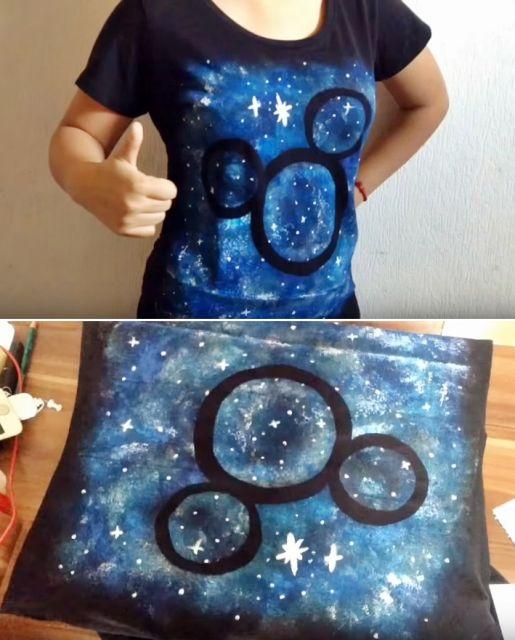 blusa do mickey com fundo de galáxia