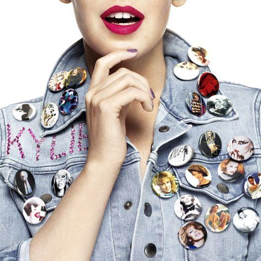 Kylie Minogue lembrou da tendência dos patches e bottons na capa de sua coletânea