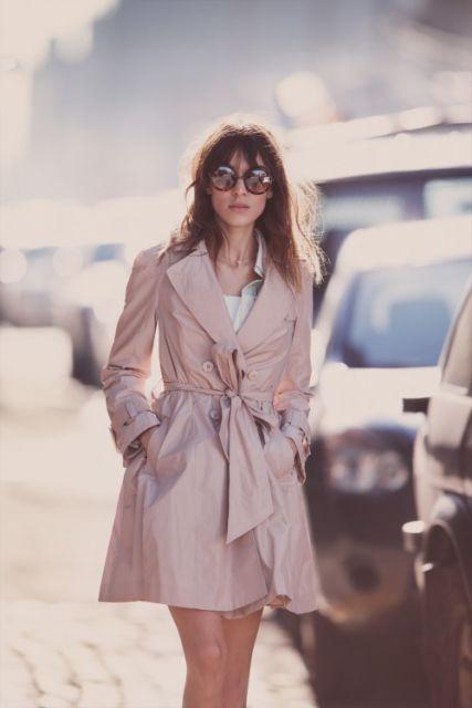 exemplo de dicas de look de sobretudo feminino com vestido