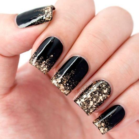esmalte preto com brilho dourado