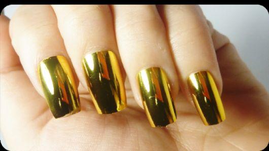 unha metalizada dourada