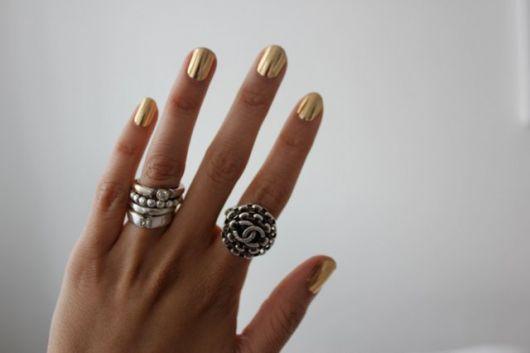 unha dourada com aneis