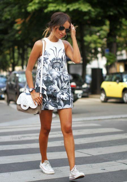 vestido-trapezio-estampa-com-tenis