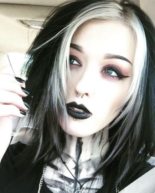 cabelo-com-mecha-branca-gotica