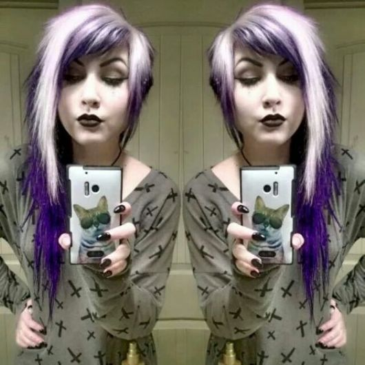 cabelo-com-mecha-branca-cabelo-cor-roxa