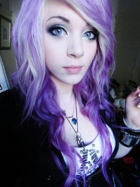 cabelo-com-mecha-branca-cabelo-tingido-roxo