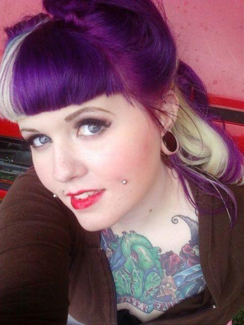 cabelo-com-mecha-branca-meninas-cabelo-roxo