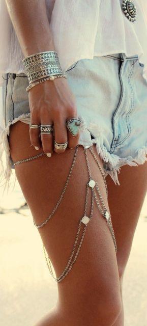 short jeans com colar de perna