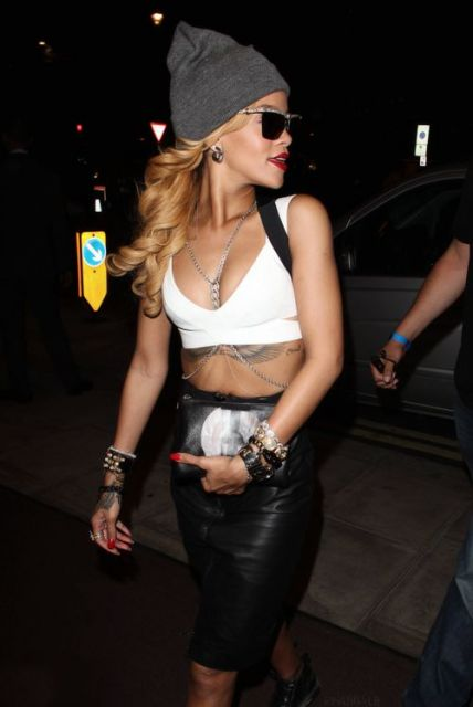Look Rihanna com saia de couro