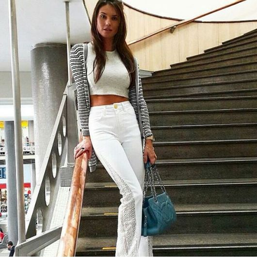 calça jeans com renda e blusa cropped