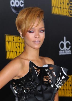 Rihanna loira