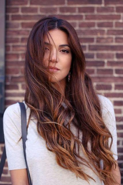 cabelo comprido com mechas douradas