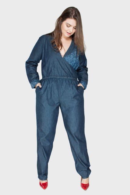 macacao-plus-size-de-jeans-transpassado