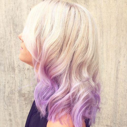 cabelo loiro com pontas coloridas