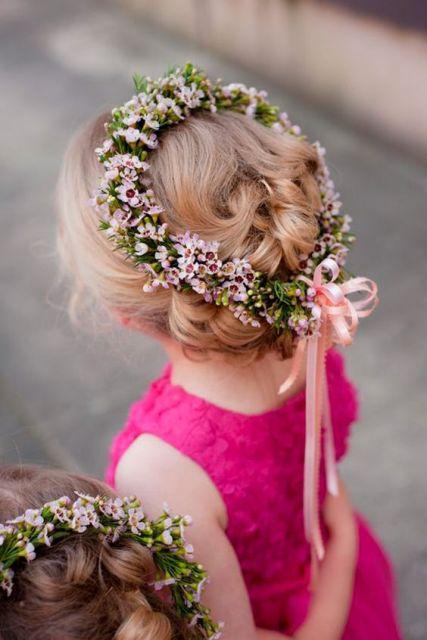 coroa com flores e fitas