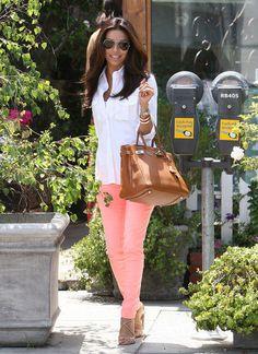 calça rosa salmão incrível com uma camisa branca e bolsa caramelo