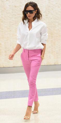Camisa branca com calça rosa chiclete