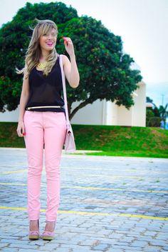 Calça e bolsa rosa com uma blusa preta
