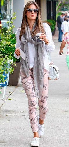 Calça rosa estampada também é uma tendência para ficar de olho
