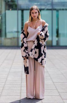 Look monocromático é uma ótima forma de combinar sua calça rosa