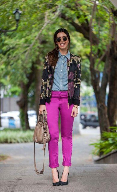 Para quem não tem medo de ousar: calça rosa, camisa jeans e uma blusa estampada.