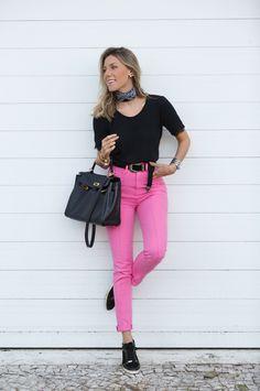 look lindo e super versátil com calça curta e bolsa preta