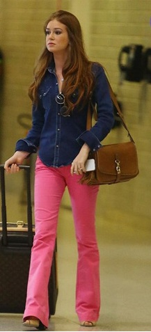 Camisa jeans com lavagem escura com uma calça rosa também mais escura